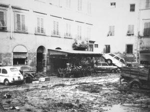 fango-in-piazza-del-carmine-a-firenze-dopo-lalluvione-del-1966