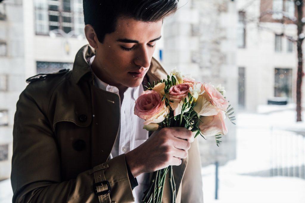 Uomo con bouquet di fiori
