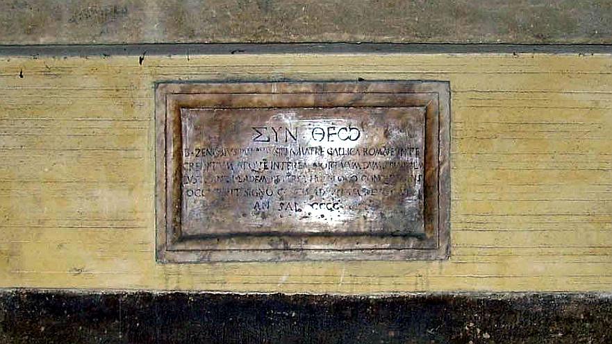La targa posta sulla facciata di Palazzo Visacci.