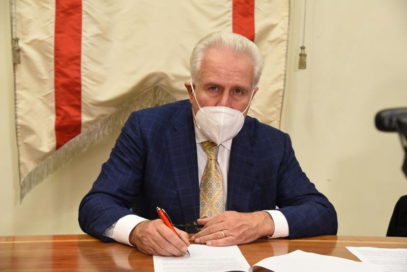 Eugenio Giani firma per il rientro in Zona Arancione